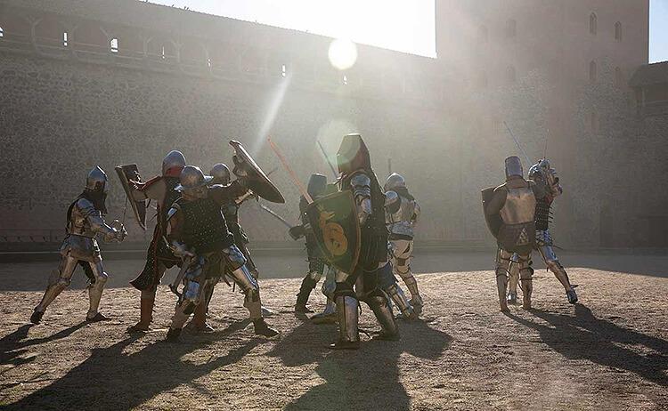 Бой сучасных ратнікаў у двары Лідскага замку. Фота: rycar.by